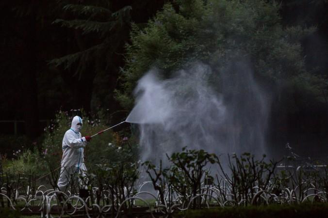 Рабочий распыляет пестициды в Токио 28 августа 2014 года. Количество заболевших лихорадкой денге в Гуандун достигло 1755 человек. Фото: Chris McGrath/Getty Images