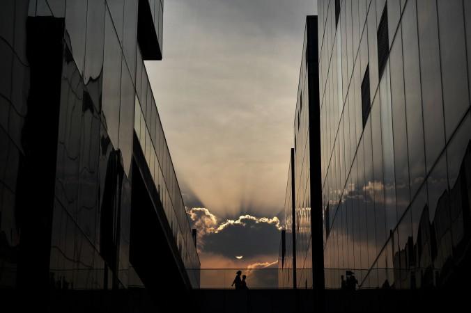 Китайская пара идёт в торговый центр вечером 5 сентября 2014 года, Пекин, Китай. Фото: Kevin Frayer/Getty Images