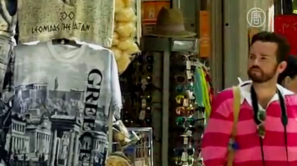 Бездомные в Афинах проводят экскурсии. Скриншот видео.