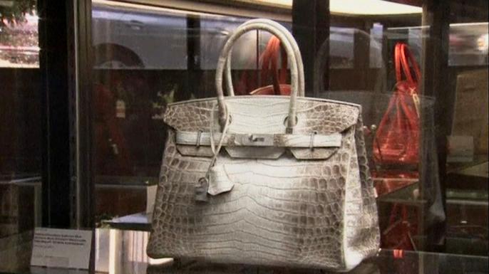 Крокодиловая сумка Hermes продана на аукционе за 185 тысяч долларов. Скриншот видео.
