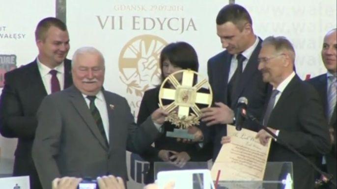Первый президент независимой Польши и лауреат Нобелевской премии, Лех Валенса в понедельник вручал в Гданьске премию своего имени. Скриншот видео.