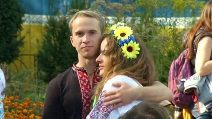 Киевляне в вышиванках и венках вышли на парад национальной одежды. Скриншот видео.