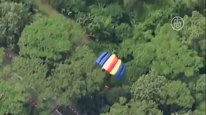 Бейсджамперы со всего мира прыгнули с телебашни в Куала-Лумпуре. Скриншот видео.