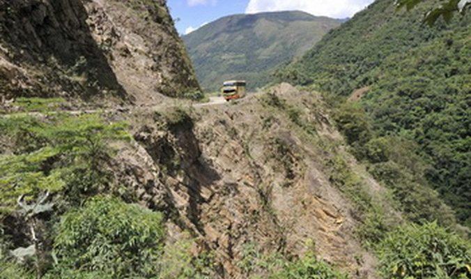 В Индии смыло в ущелье автобус с 50 пассажирами, есть жертвы