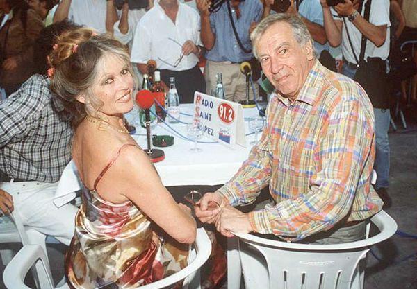 Брижит Бардо и режиссер Роже Вадим в уличном ресторане в Сен-Тропе
