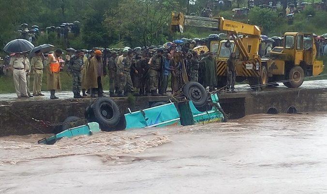 В Индии упал в ущелье автобус, погибли 16 человек