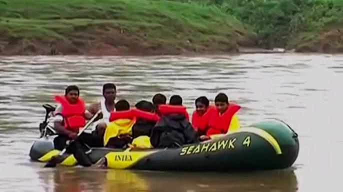 Индийским школьникам больше не придётся перебираться вплавь через реку