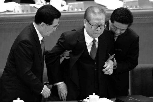 Уже на XVIII съезде компартии в ноябре 2012 года Цзян Цзэминь был таким ослабшим, что его поддерживал его преемник Ху Цзиньтао (слева). Фото: Goh Chai Hin/AFP/Getty Images