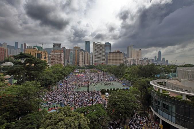 Люди стекаются в гонконгский Парк Виктории 1 июля 2014 года, чтобы присоединиться к маршу протеста против коммунистического режима. Фото: Poon/Epoch Times