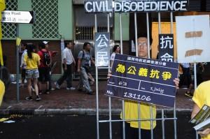 Молодой человек призывает людей присоединиться к гражданскому неповиновению, чтобы бороться против несправедливости. Фото: Suen Chingtien/Epoch Times