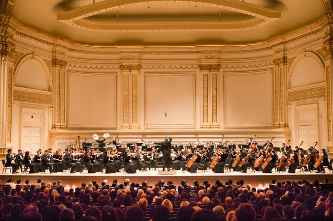 Симфонический оркестр Shen Yun выступает в Карнеги-Холл в Нью-Йорке 5 октября 2013 г. В этом году  оркестр вернётся на престижную сцену 11 октября. Фото: Dai Bing/Epoch Times