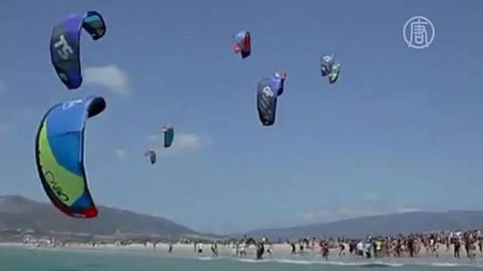 Самый массовый заплыв кайтсёрферов прошёл в Испании. Скриншот видео.