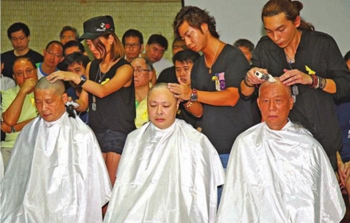 Три организатора движения «Занимайте центр с любовью и миром» бреют головы 9 сентября 2014 года, чтобы показать свою решимость бороться за всеобщее избирательное право. Фото: Poon/Epoch Times