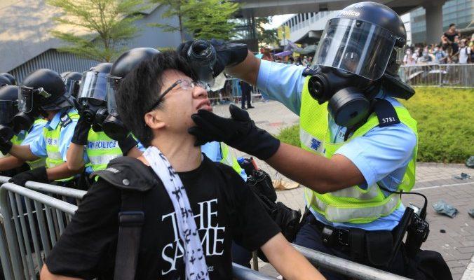 Обеспокоенный Гонконг встречает насилие с состраданием