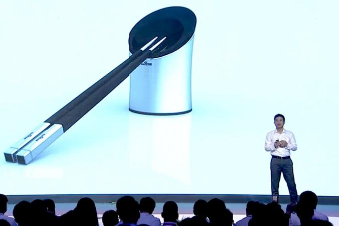 Робин Ли, председатель и главный исполнительный директор компании Baidu Inc, представляет смарт-палочки в Пекине 3 сентября 2014 года. Устройство было изобретено как ответ на регулярные скандалы, связанные с безопасностью продуктов в Китае. Фото: скриншот/Baiduworld