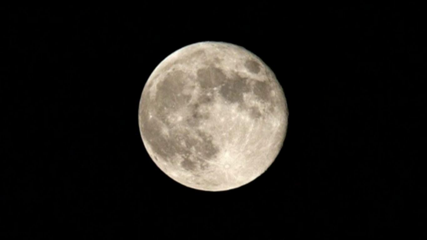 Жители Земли увидели последнее в этом году суперлуние - момент максимального сближение планеты и полной Луны. Скриншот видео.