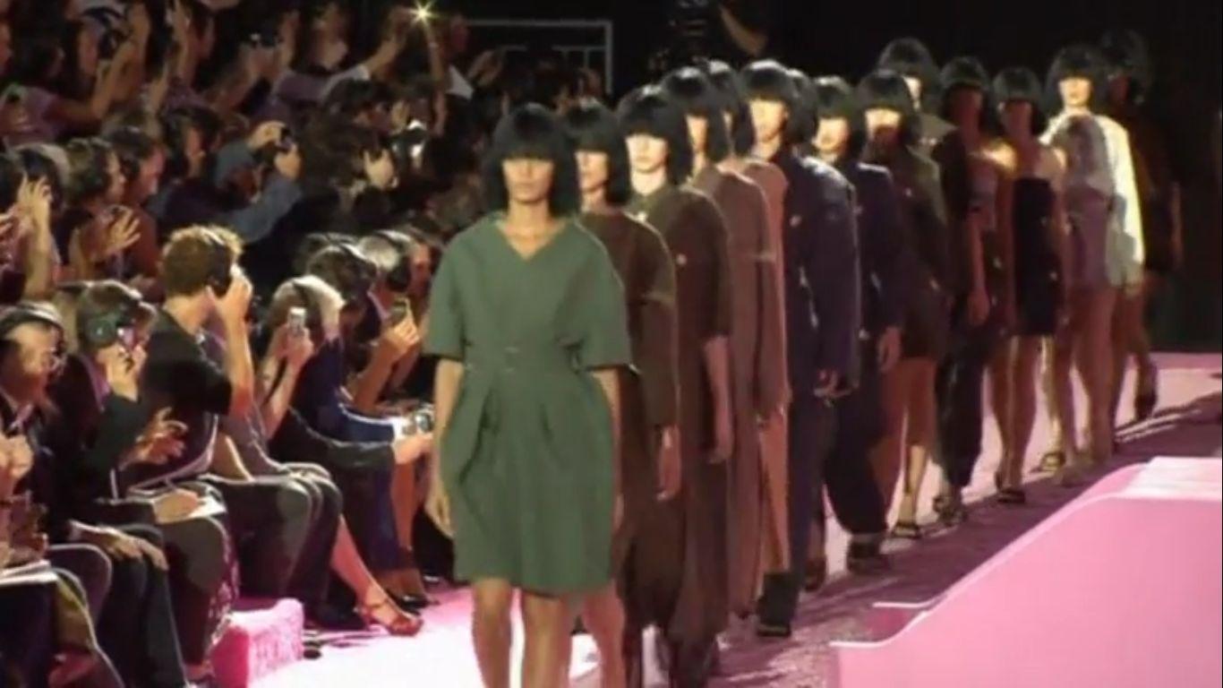 Неделя высокой моды в Нью-Йорке завершилась показом коллекции Марка Джейкобса. Скриншот видео.