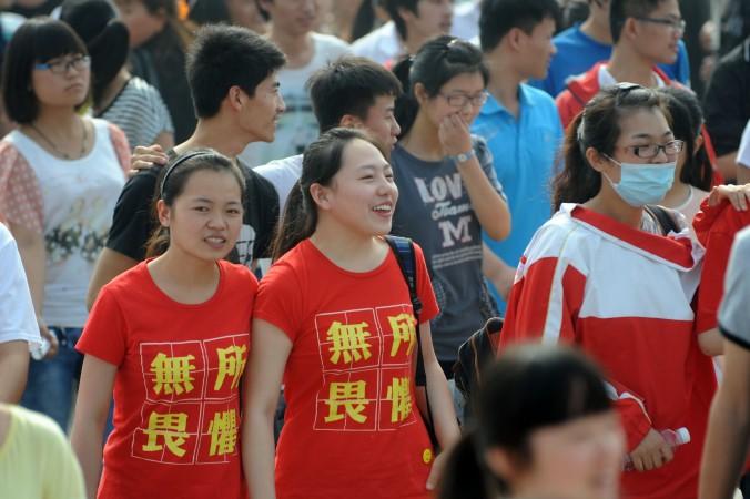 Две студентки в футболках с надписью «ничего не боюсь» ожидают вступительного экзамена в китайский вуз, город Бочжоу, провинция Аньхой, 7 июня 2014 года. Фото: AFP/AFP/Getty Images