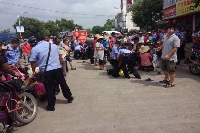 Акция протеста крестьян против ухудшения экологии. Деревня Гаочжоу района Гуанси. Сентябрь 2014 года. Фото с epochtimes.com