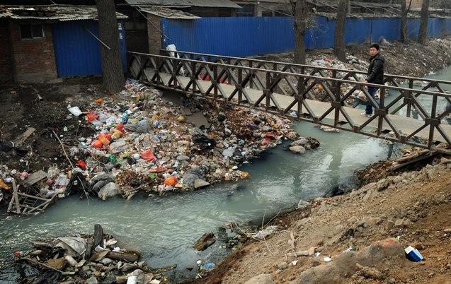 Только в 8% китайских деревень утилизируются отходы. Фото: MARK RALSTON/AFP/Getty Images