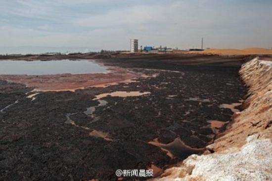 Химические предприятия сливают неочищенные отходы прямо в пустыню. Пустыня Тэнгэр. Сентябрь 2014 года. Фото с epochtimes.com