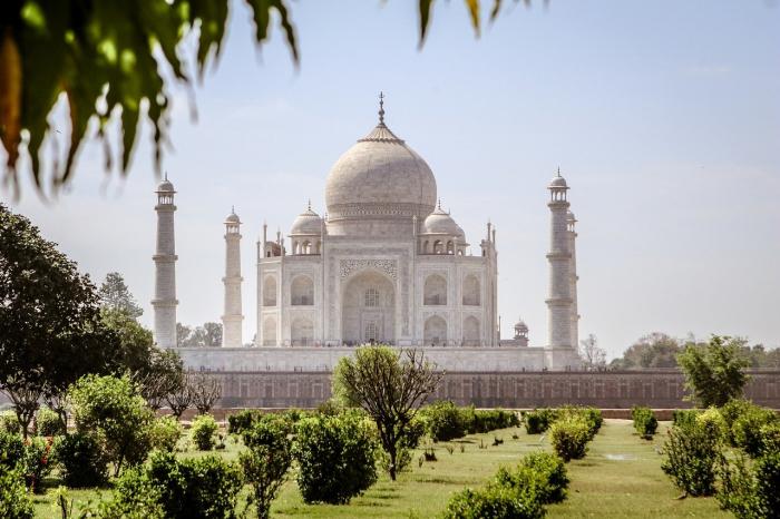 В Индии создали мини-копию Тадж-Махала из золота и серебра