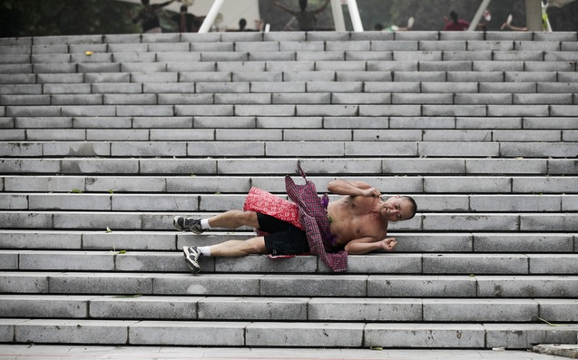 Китайский метод снятия стрессов с помощью катания по лестнице. Фото с epochtimes.com
