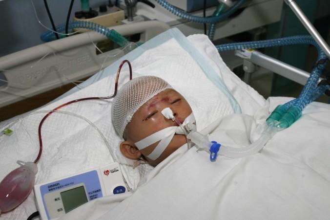 Двухлетняя девочка по имени Юэюэ умирает в больнице Гуанчжоу 16 октября 2011 года. Когда в городе Фошань по ней проехал микроавтобус, 18 прохожих просто прошли мимо окровавленного ребёнка. Инцидент вызвал в Китае шумные обсуждения о причине морального упадка общества. Фото: STR/AFP/Getty Images