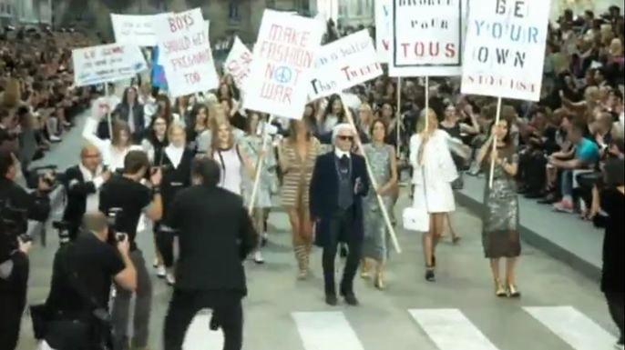 Модный дом Chanel представил во вторник в Париже новую коллекцию весна-лето. Скриншот видео.