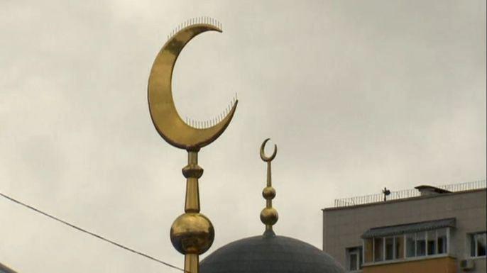 В Москве проходят торжества в честь исламского праздника Курбан-Байрам. Скриншот видео.