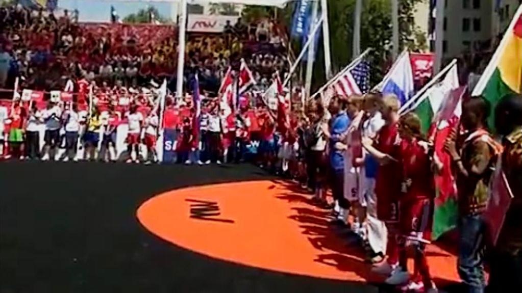 Первый Чемпионат мира по футболу среди бездомных прошёл в 2003 году в австрийском городе Грац. Скриншот видео.