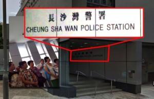 В кадрах отснятого видео видно название полицейского участка и людей среднего возраста, получающих материалы, помеченные голубой лентой. Фото: Epoch Times
