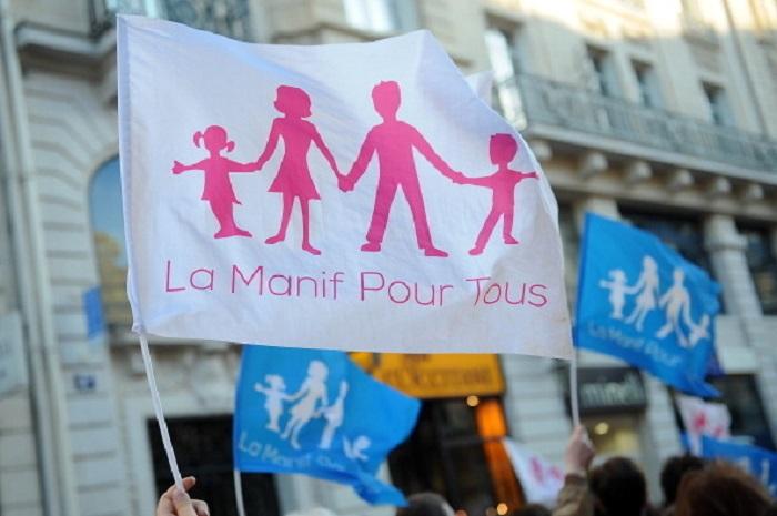 Противники однополых браков и гей-движений, члены организации La Manif Pour Tous провели демонстрацию через несколько часов после того, как французский парламент приняла закон об однополых браках, 23 апреля 2013 года, Париж, Франция. Фото: Antoine Antoniol/Getty Images