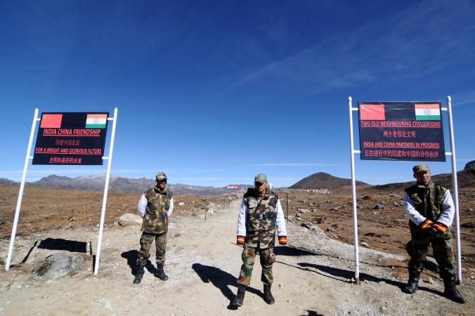 Индийские солдаты  у перевала  Бумла на китайско-индийской границе, 21 октября 2012 г. Бумла ― последний форпост индийской армии на границе между Китаем и Индией.   Фото: Biju Boro/AFP/Getty Images