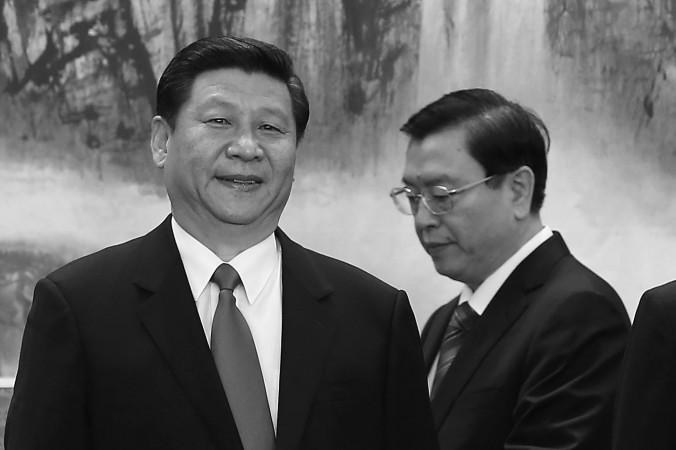 Член Постоянного комитета Политбюро Чжан Дэцзян стоит за Си Цзиньпином в Большом зале народных собраний 15 ноября 2012 года в Пекине. Гонконгские СМИ сообщили, что Чжан участвовал в заговоре против Си. Фото: Lintao Zhang/Getty Images