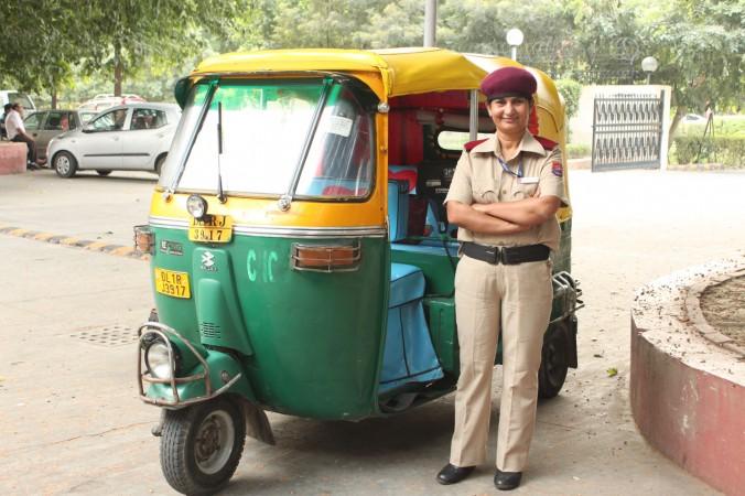 Сунита Чудхари и её мотто-рикша такси в Нью-Дели 13 октября. Чудхари ― первая женщина-водитель трехколесного такси в индийской столице. Фото: Venus Upadhayaya/Epoch Times