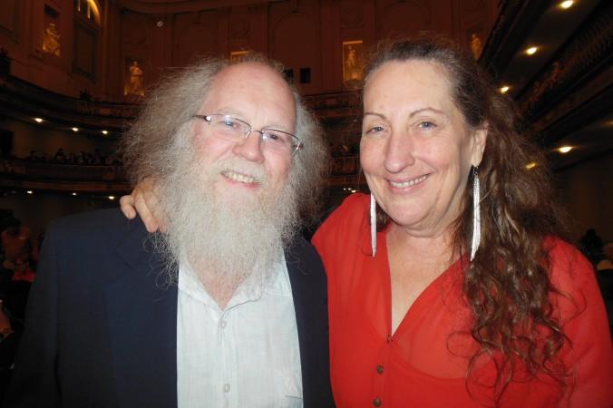 Стивен Кейес и Люси Шварц посетили  концерт симфонического оркестра Shen Yun в Бостонском симфоническом зале 4 октября 2014 г.   Фото: Sherry Chen/Epoch Times