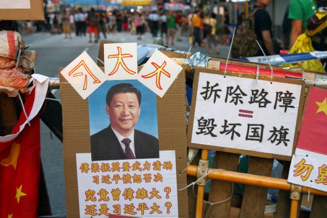 Портрет Си Цзиньпина на баррикаде протестующих в Гонконге. Сверху над портретом большими иероглифами было написано «Великий Си», а ниже вопрос — «Кто сильнее?» (Энди Цан, комиссар полиции Гонконга, или Си Цзиньпин?) Фото: Poon Zai-shu/Epoch Times