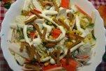 Вариант «Цезаря» с крабовыми палочками, сухариками «Емеля» и листьями китайской капусты. Фото с сайта http://dpeventgroup.ru/