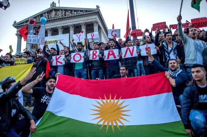Курды у парламента Австрии выражают свою солидарность с сирийскими курдами, ведущими борьбу с «Исламским государством» за город Кобани, Вена, 10 октября, 2014 год. Фото:  JOE KLAMAR / AFP / Getty Images