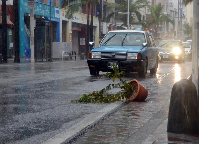 Тайфун  «Фанфон» в южной части острова Окинава, 11 октября, 2014 год. Фото:  JIJI ПРЕСС / AFP / Getty Images