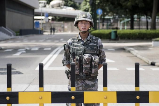 Солдат Народно-освободительной армии Китая охраняет вход в гонконгский гарнизон 29 августа 2014 года. Фото: Alex Ogle/AFP/Getty Images