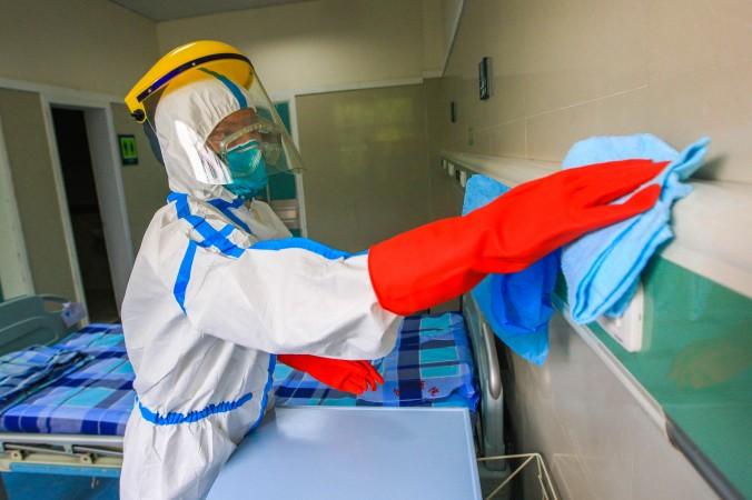Медицинский персонал проводит санитарную обработку 11 сентября 2014 года в городе Фошань провинции Гуандун. 23 октября 2014 года у участников крупнейшей торговой ярмарки в Гуанчжоу проверяли температуру. Фото: ChinaFotoPress/Getty Images