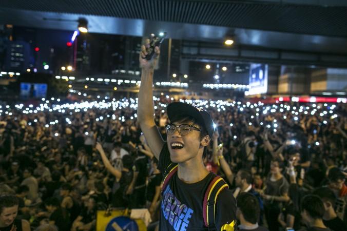 Протестующие светят мобильными телефонами во время демократического протеста на улицах Гонконга 30 сентября 2014 года. Фото: Paula Bronstein/Getty Images