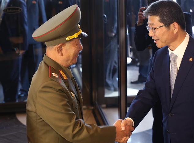 Это было началом: министр Южной Кореи по воссоединению Рю Кил Чжа и глава политического управления армии КНДР Хван Бен Со пожали друг другу руки 4 октября. Фото: Chung Sung-Jun/Getty Images
