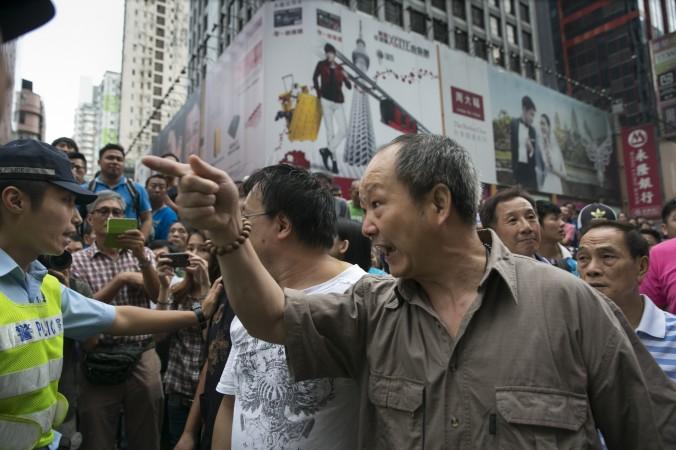 Сторонники правительства кричат на демонстрантов, выступающих за всеобщее избирательное право, в районе Монгкок, 4 октября 2014 года, Гонконг. Фото: Paula Bronstein/Getty Images