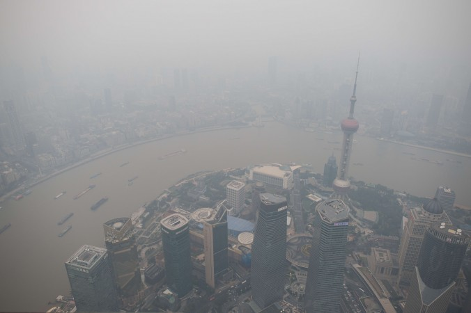 Вид на финансовый район Пудун из 109-этажной Шанхайской башни. Сильный смог накрыл Шанхай 16 октября 2014 года. Трёх союзников бывшего китайского лидера Цзян Цзэминя в один день обвинили в коррупции. Фото: Johannes Eisele/AFP/Getty Images