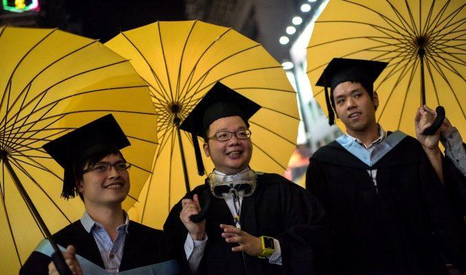 Студенты университета Гонконга вышли за дипломами с зонтами