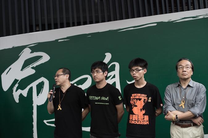 Лидеры движения «Оккупируй централ» (слева-направо) Бенни Тай, Алекс Чоу, Джошуа Вон и Алан Леон на пресс-конференции в Адмиралтейском районе Гонконга 26 октября 2014 года. Фото: Nicolas Asfouri/AFP/Getty Images