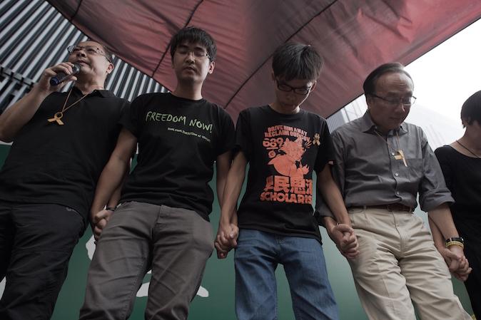 Лидеры движения «Оккупируй централ» (слева-направо) Бенни Тай, Алекс Чоу, Джошуа Вон и Алан Леон извиняются за приостановку опроса общественности на тему продолжения демократических протестов. Фото: Nicolas Asfouri/AFP/Getty Images